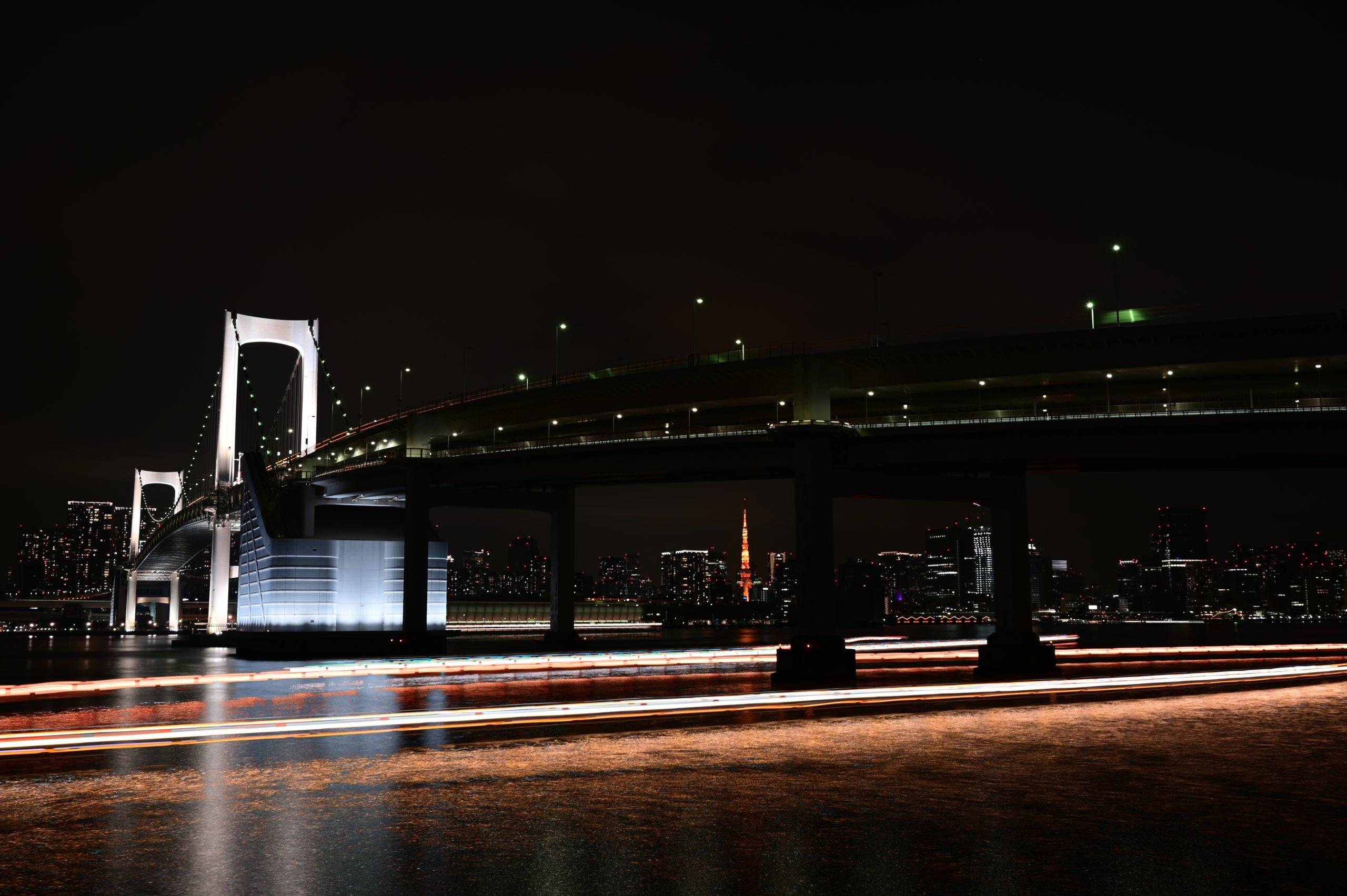 レインボーブリッジと屋形船の光跡